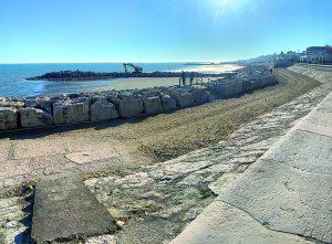 Nuovi maxi-pennelli in spiaggia a Ponente